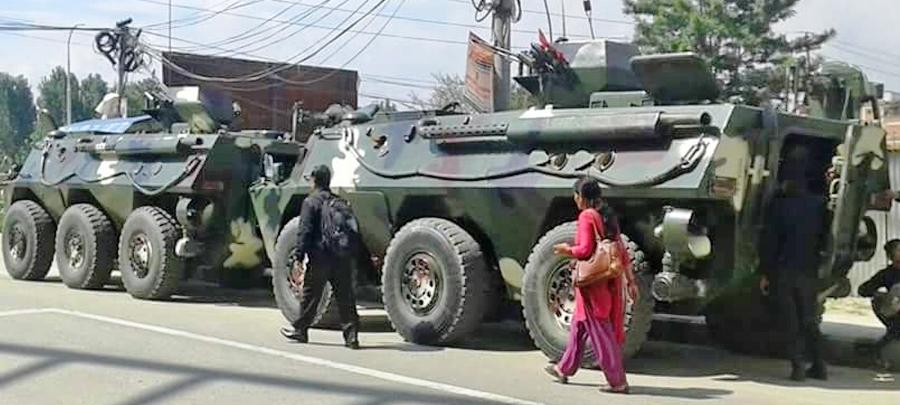 नेपाली सेनाका बख्तरबन्द गाडीले चक्रपथ परिक्रमा गर्दै
